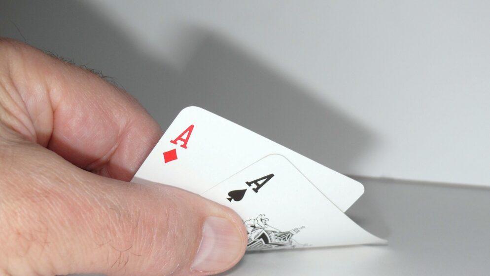 The Online Poker Game Advantage